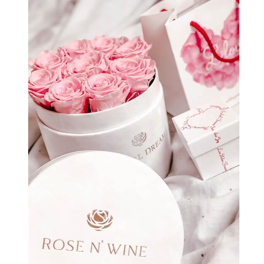 różowe wieczne róże flower box w kolorze białym