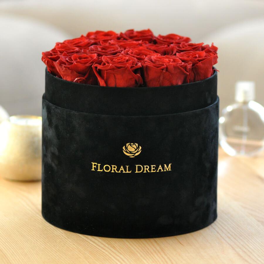 czerwone wieczne róże i czarny flower box