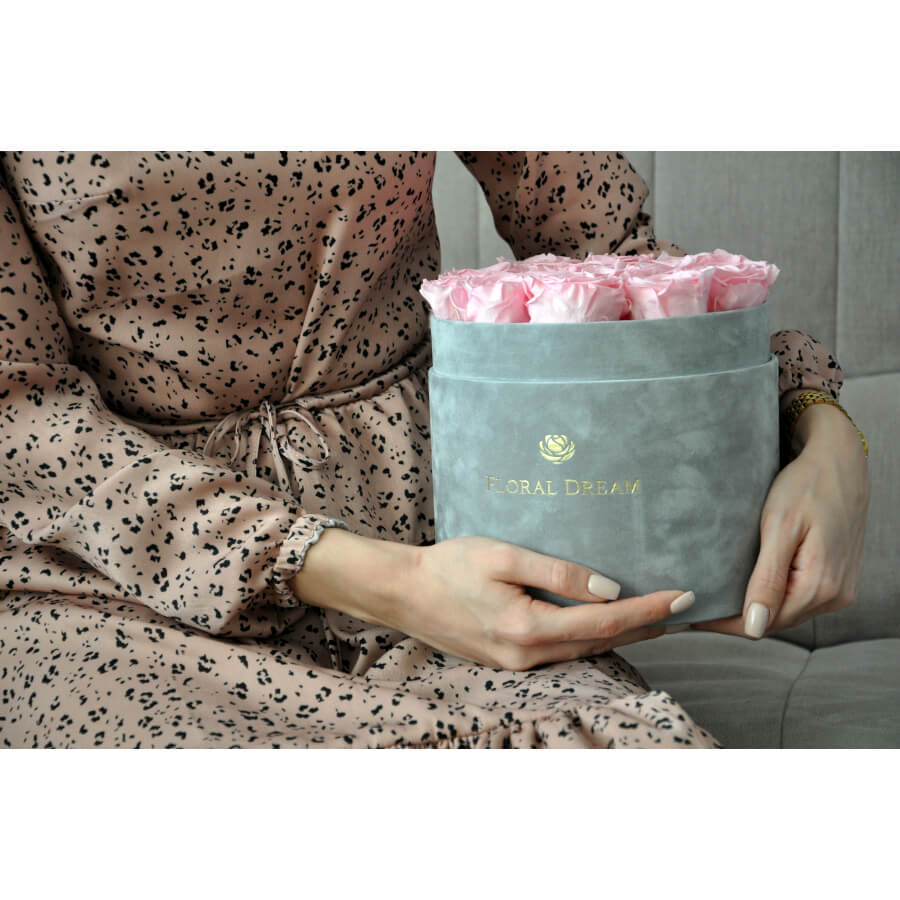 Szary flower box z wiecznymi różami w kolorze baby pink